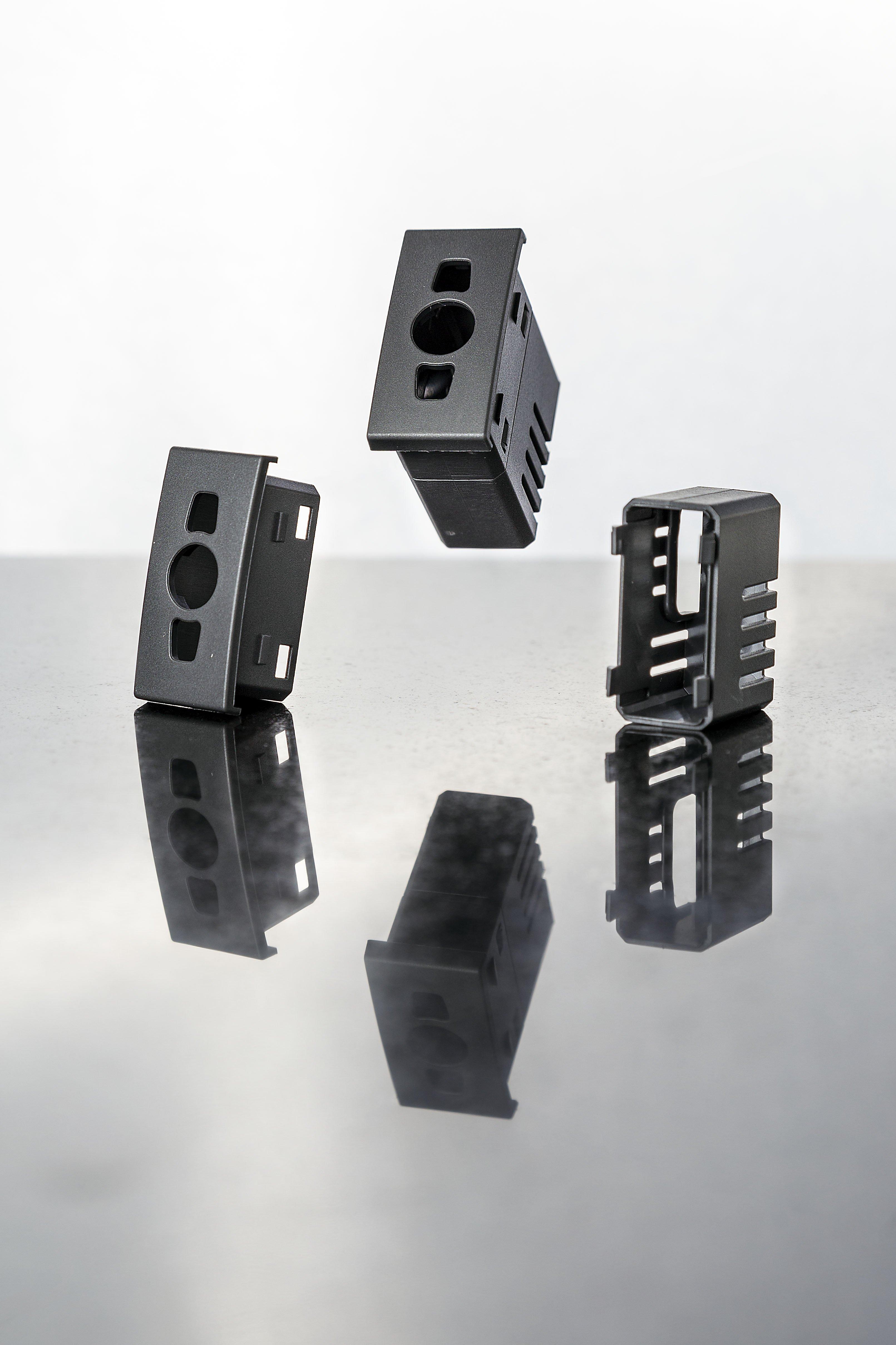Stampaggio materiale elettrico in plastica